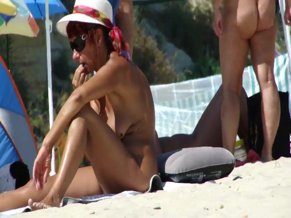 Amateur voyeur video of a naked chick on nudist beach