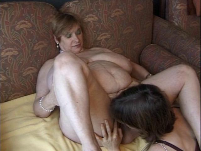 Лижет у пухлой мамы порно