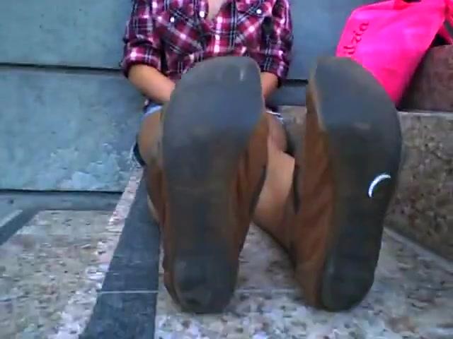 Cutie shows her soles