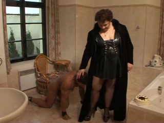 Black serf pleases his fat old domina