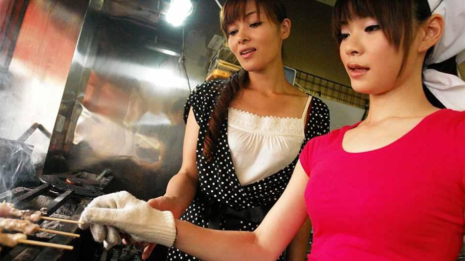Akubi Yumemi & Hitomi Kanou in Akubi Yumemi and Hitomi Kanou are working in a restaurant - AviDolz