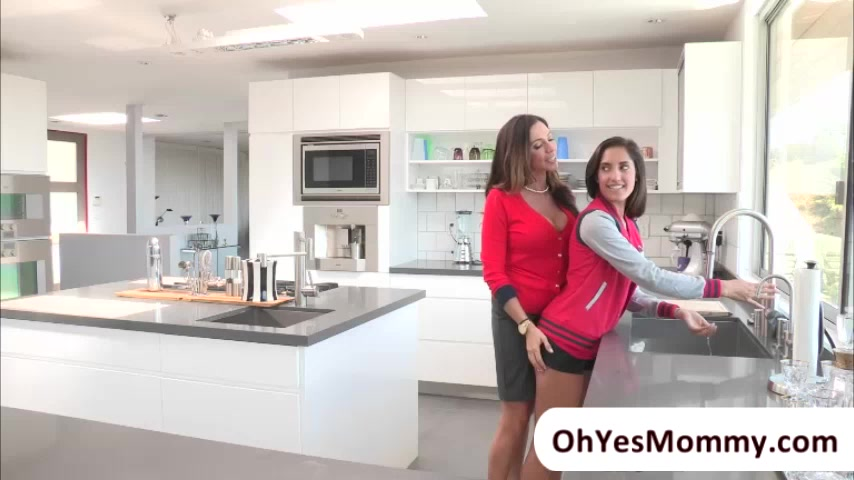 MILF Ariella feels sensual towards Chloe