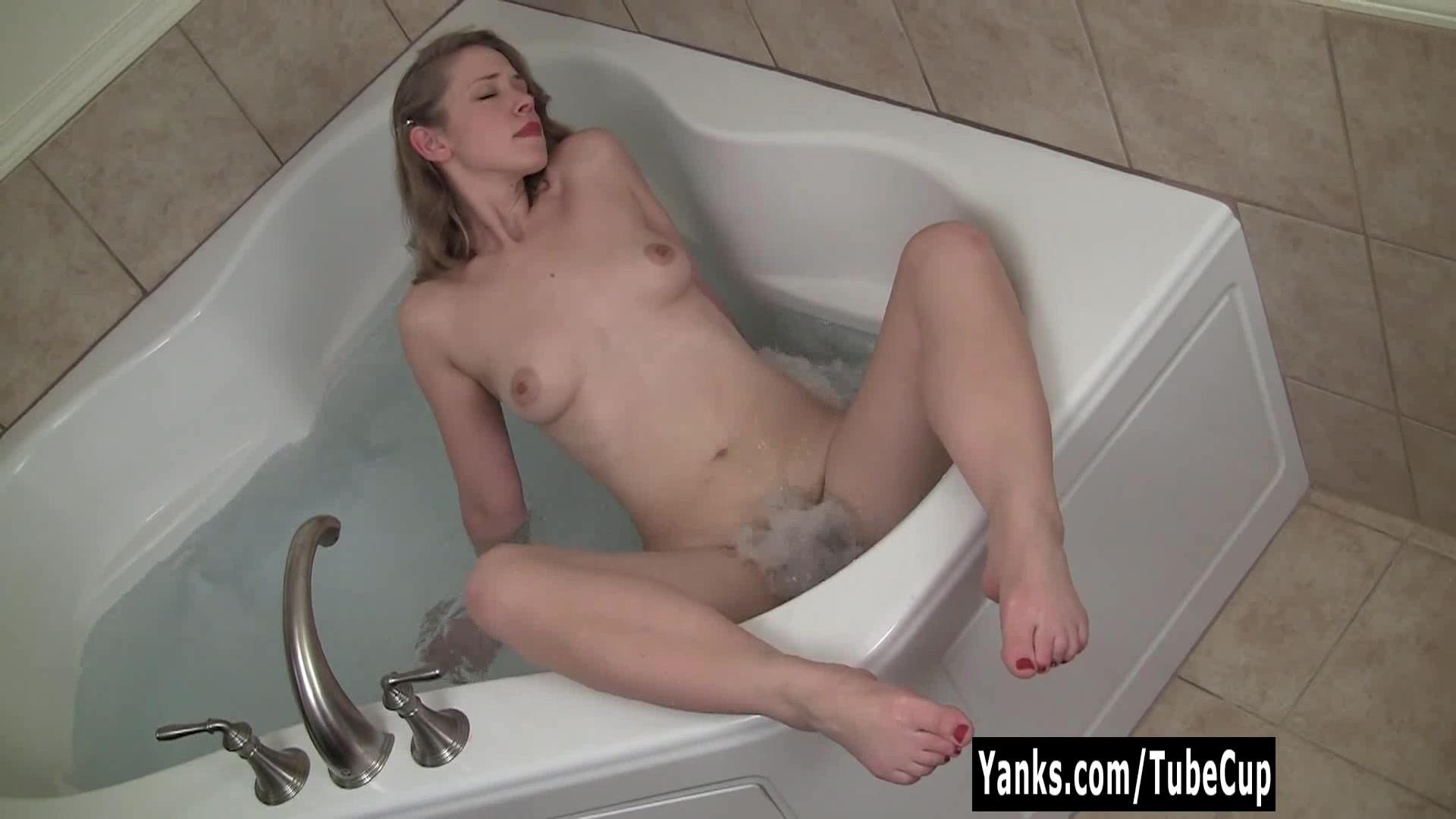 Мастурбирует в ванне скрытая камера - Онлайн порно нарезки для самых ...