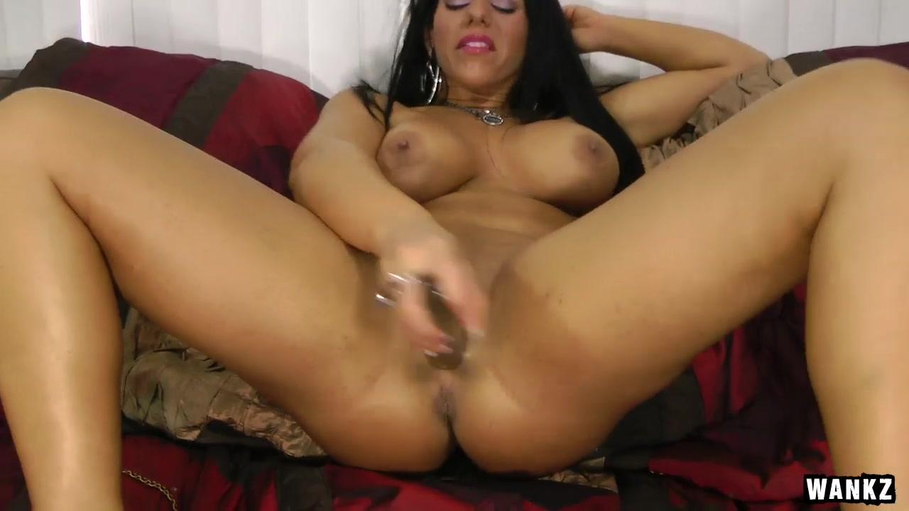 wankz- bella reese plays with herself