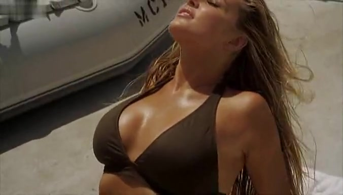 Carmen Electra,Brooke Hogan,Amber English,Anna Jackson in 2-Headed Shark Attack (2012)