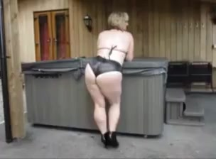 mature shows teases bubble booty